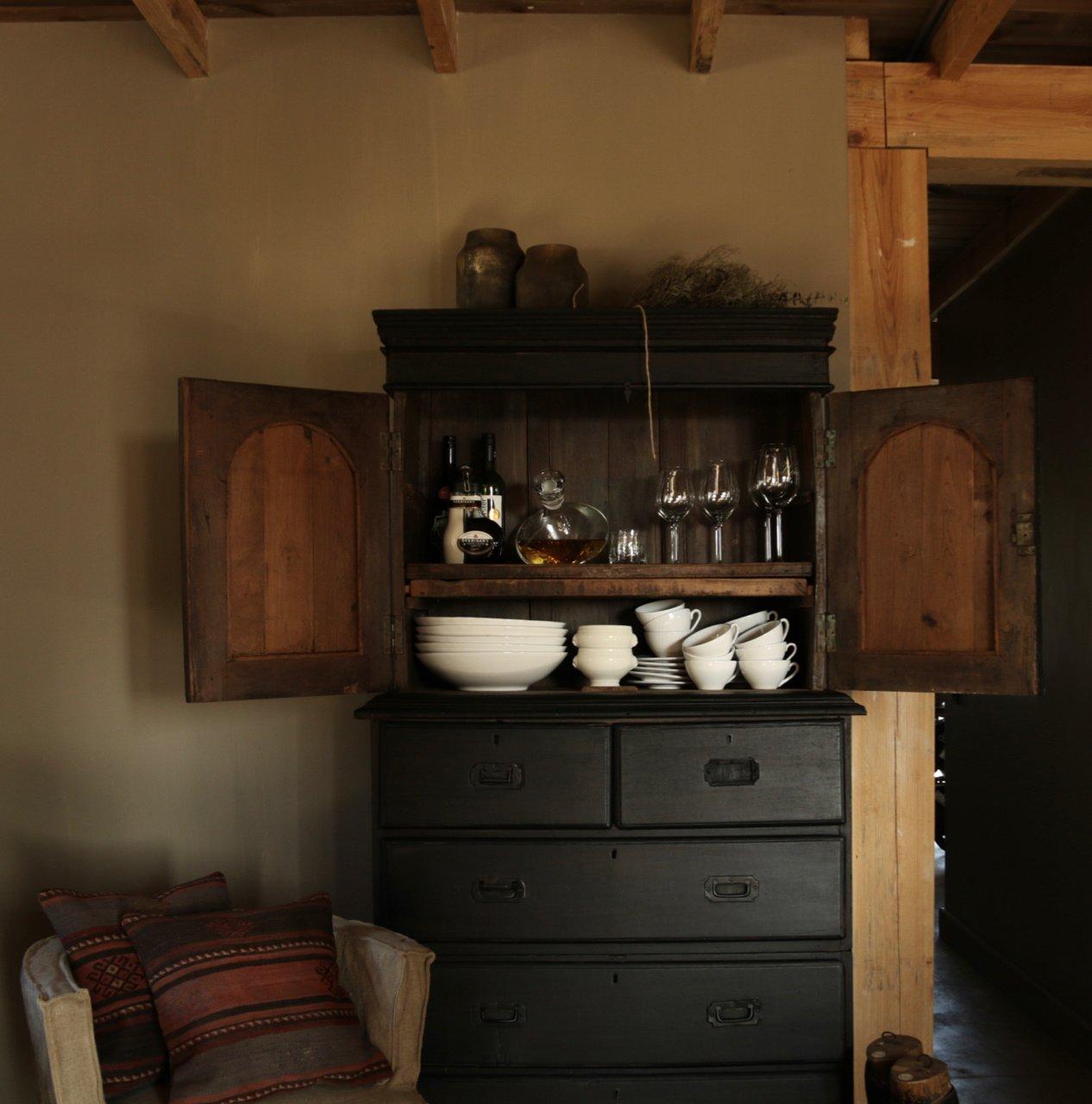 Antiker indischer Schrank mit Schubladen und zwei Türen-4