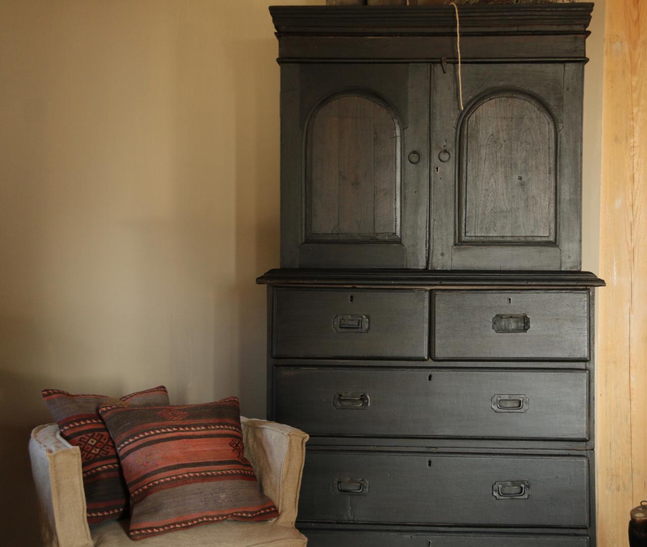 Antiker indischer Schrank mit Schubladen und zwei Türen-5