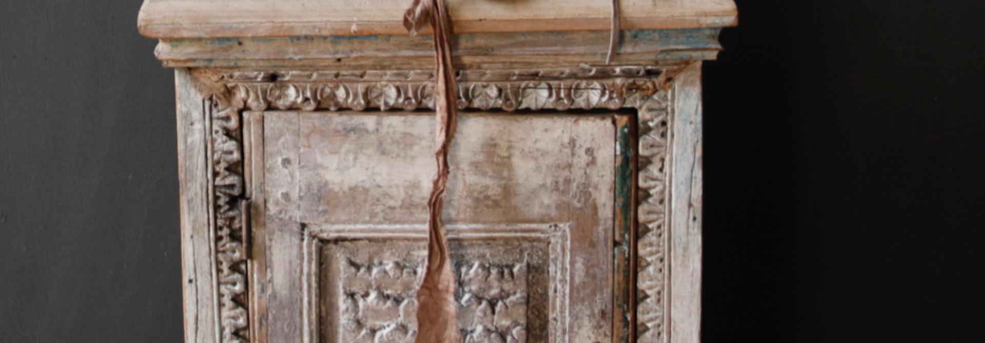 Einzigartiger alter indischer Schrank