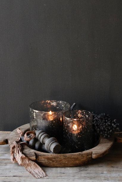 Glazen windlichtjes  met  stukjes  metaal  in de kleur grijs