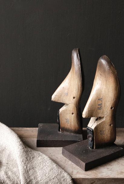 Alte authentische Schuhform / liest auf Sockel