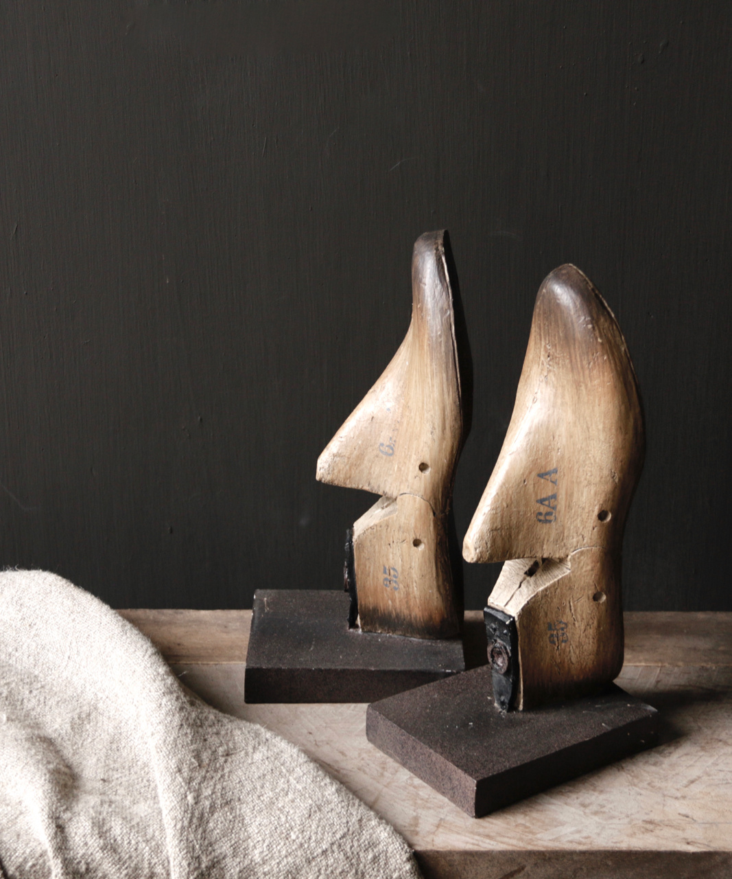 Alte authentische Schuhform / liest auf Sockel-1