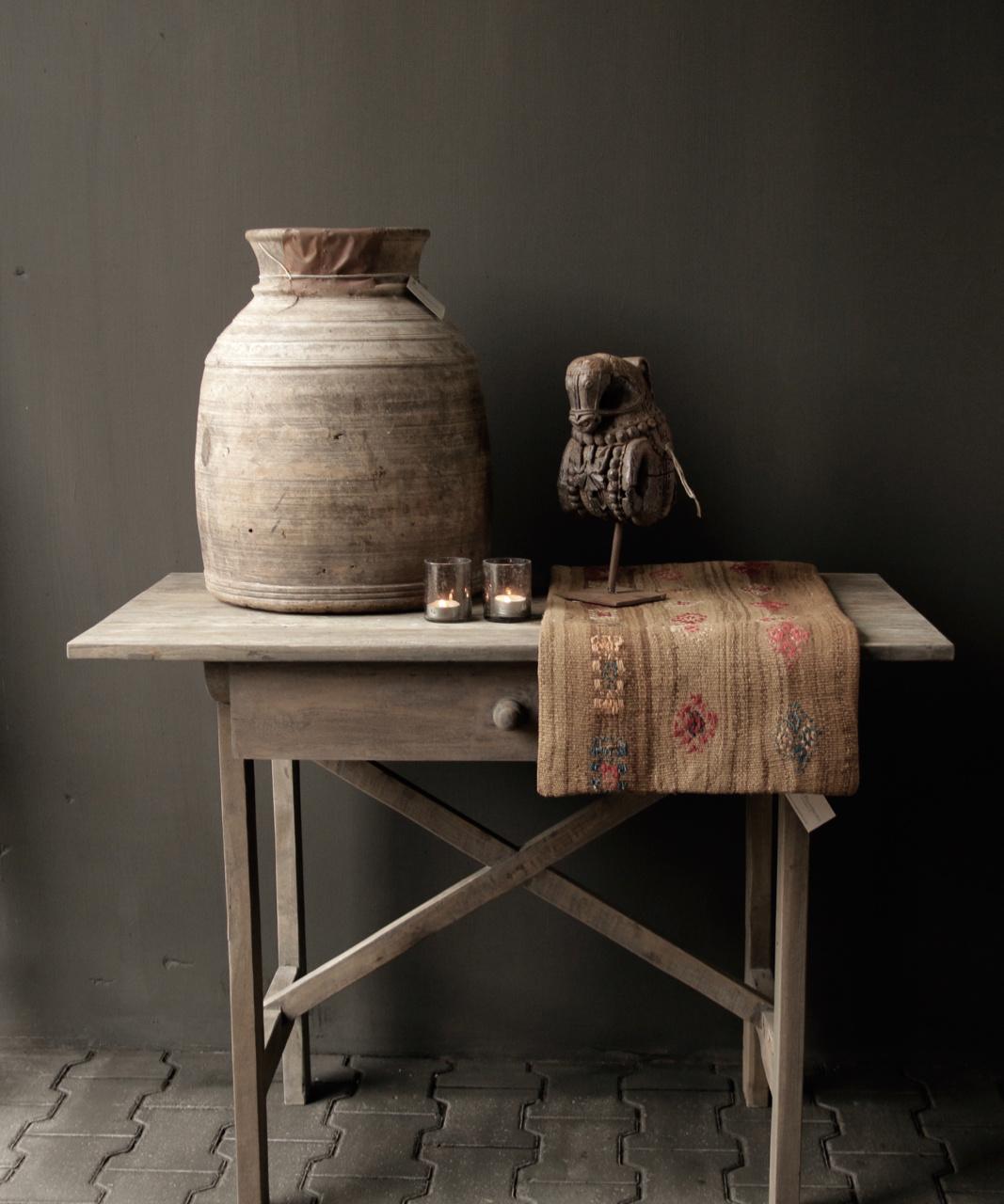 Robuster alter Beistelltisch / Wandtisch aus altem Holz mit einer Schublade-1