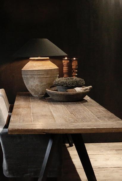 Stoer houten eettafel met ijzeren onderstel