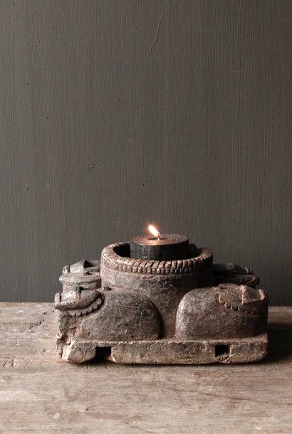 Alter hölzerner Kerzenhalter von der alten Verzierung mit geschnitzten heiligen Kühen