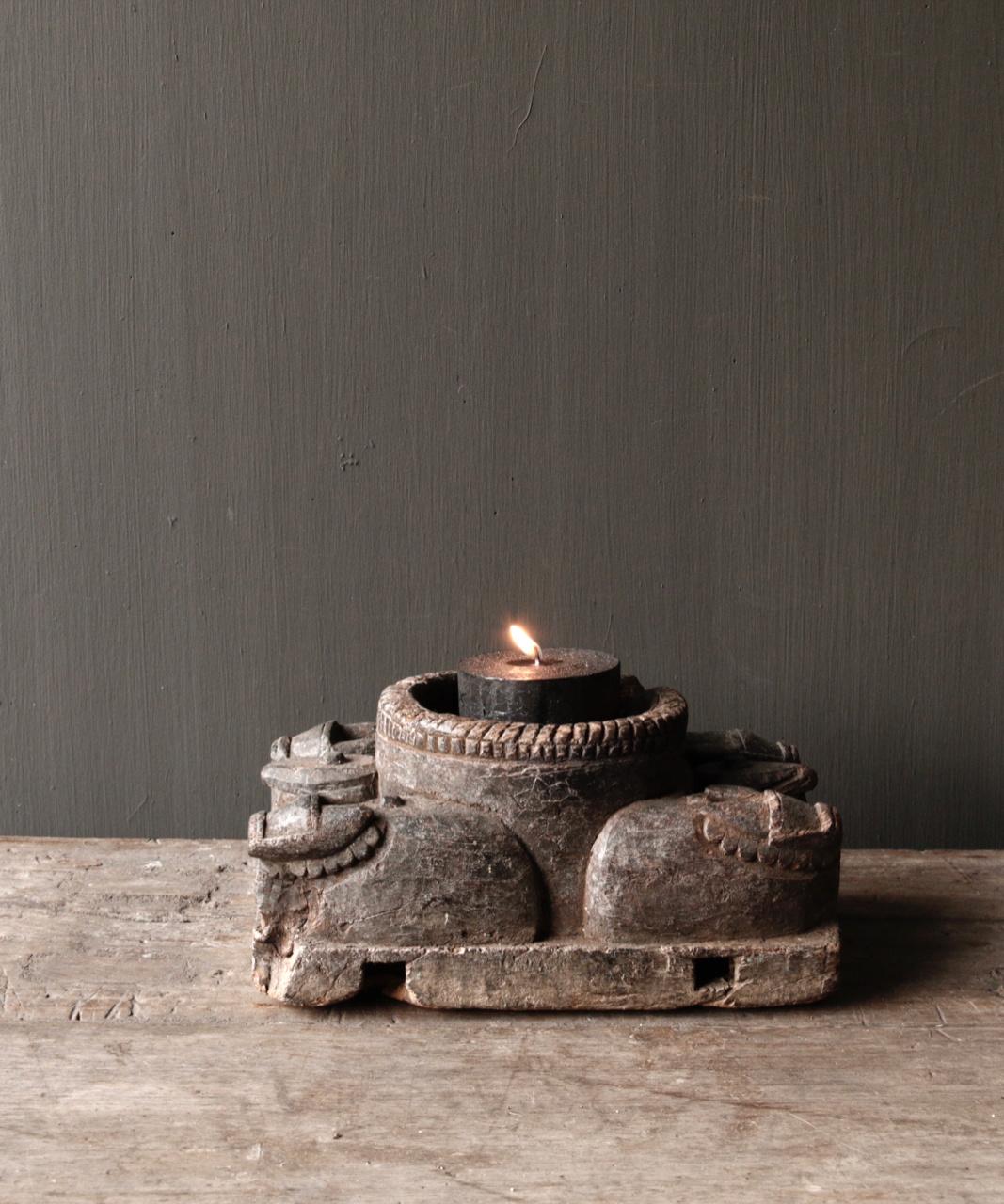 Alter hölzerner Kerzenhalter von der alten Verzierung mit geschnitzten heiligen Kühen-1