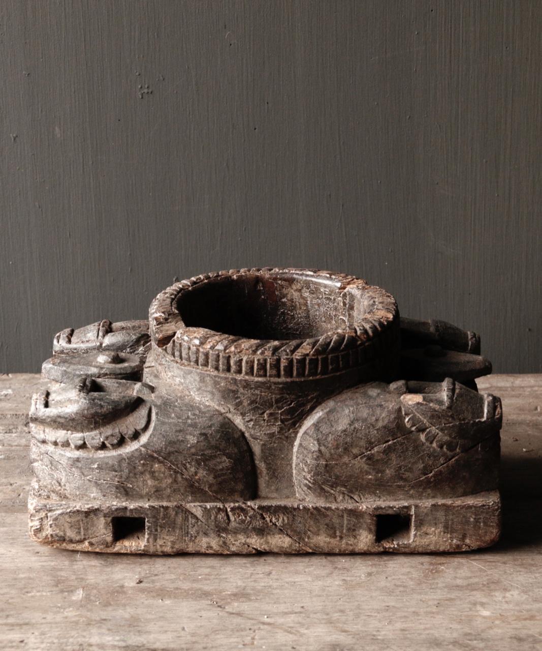 Alter hölzerner Kerzenhalter von der alten Verzierung mit geschnitzten heiligen Kühen-2