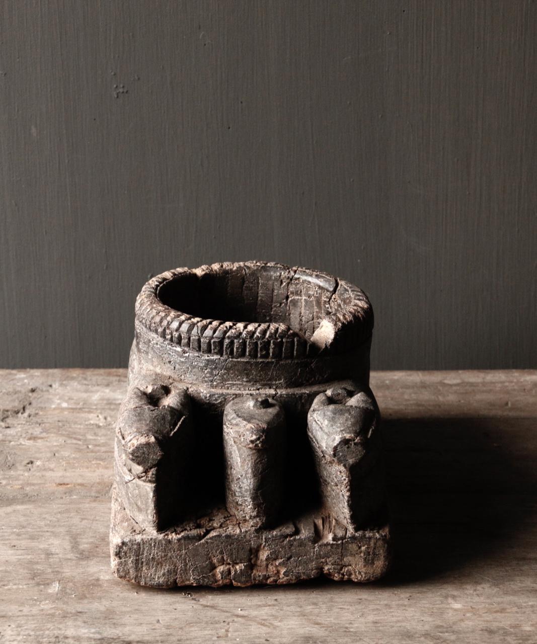 Alter hölzerner Kerzenhalter von der alten Verzierung mit geschnitzten heiligen Kühen-3