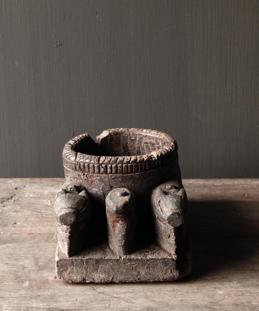 Alter hölzerner Kerzenhalter von der alten Verzierung mit geschnitzten heiligen Kühen-6