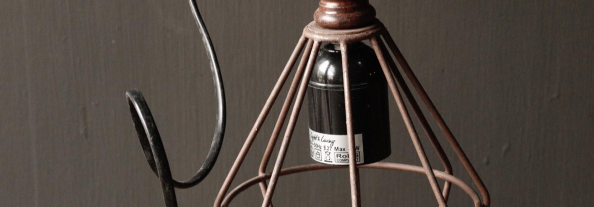 Ijzeren hanglampje met houten handvat