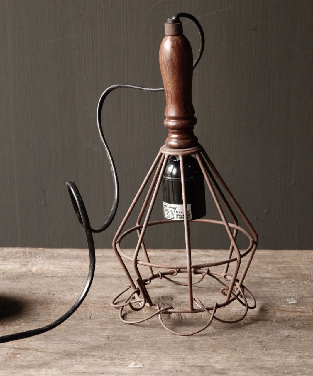 Ijzeren hanglampje met houten handvat-1