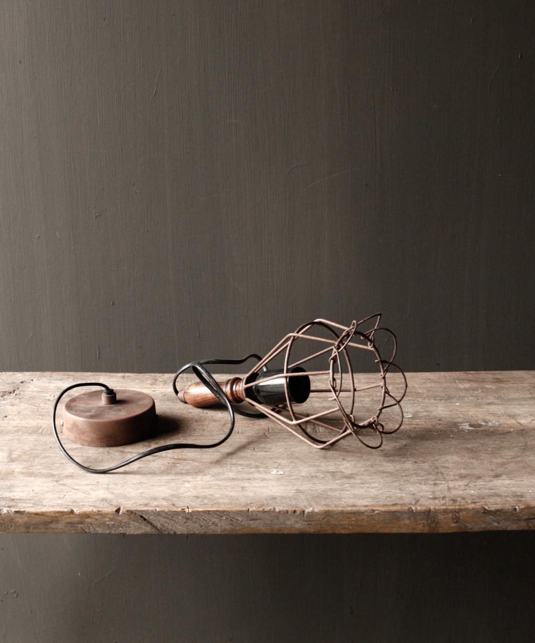 Ijzeren hanglampje met houten handvat-2