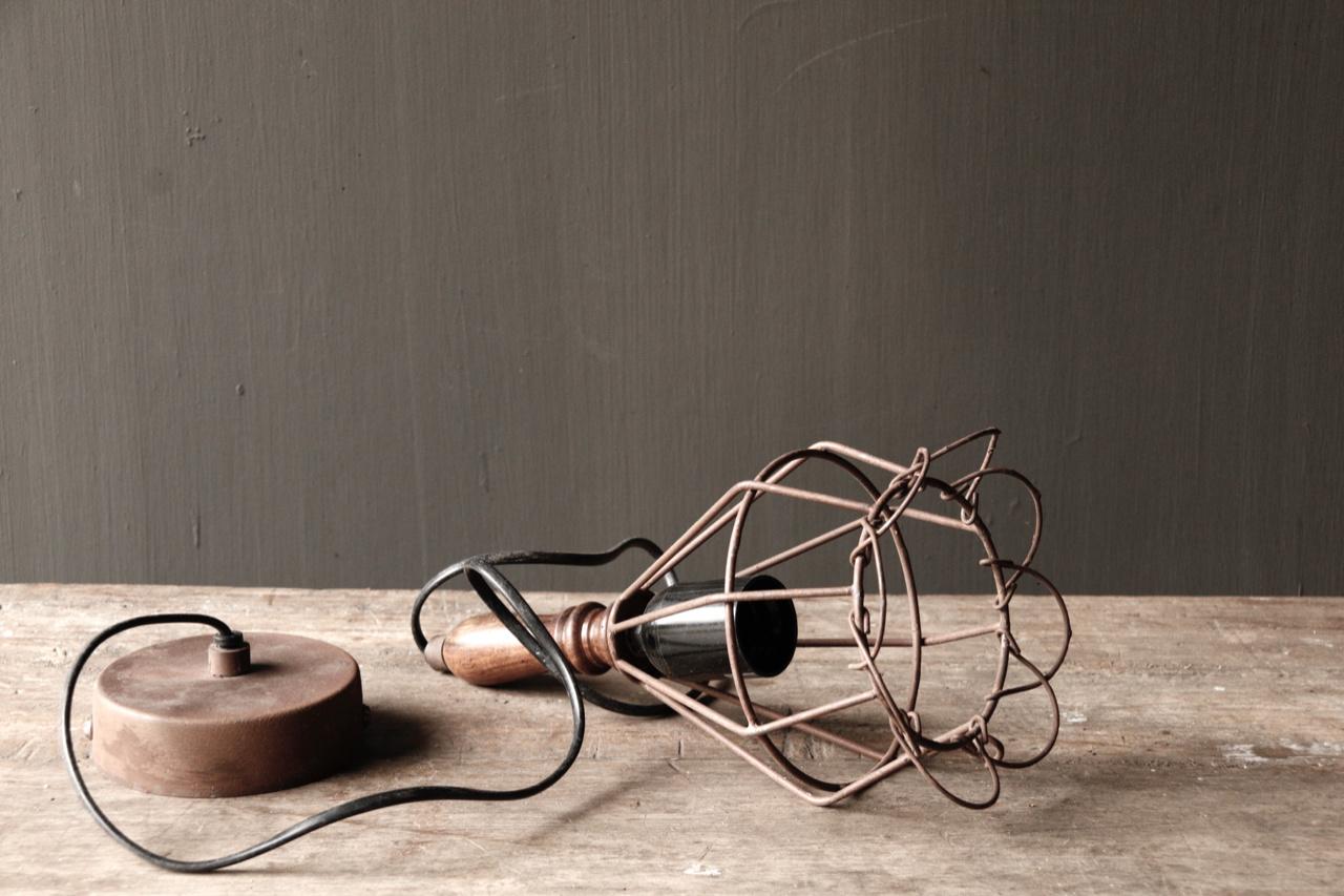 Ijzeren hanglampje met houten handvat-3