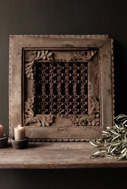 Stoer ijzeren  raam in houten kozijn