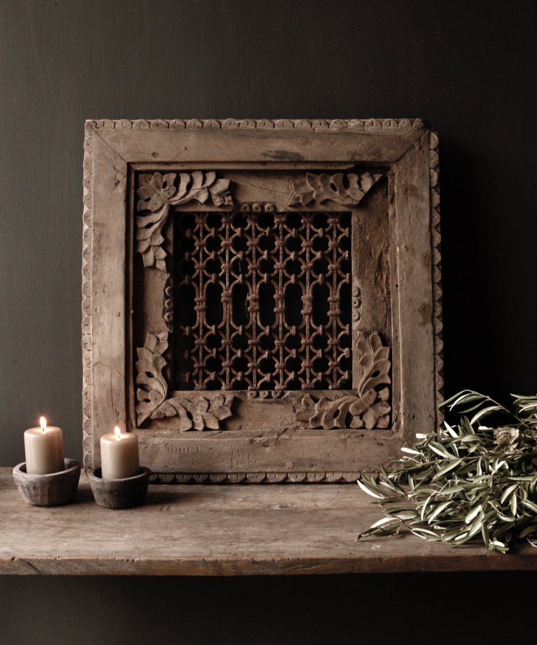 Stoer ijzeren  raam in houten kozijn-1