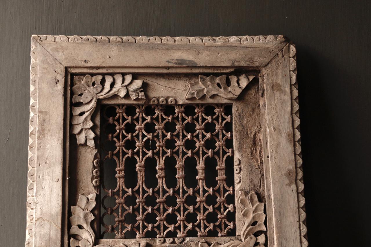 Stoer ijzeren  raam in houten kozijn-2
