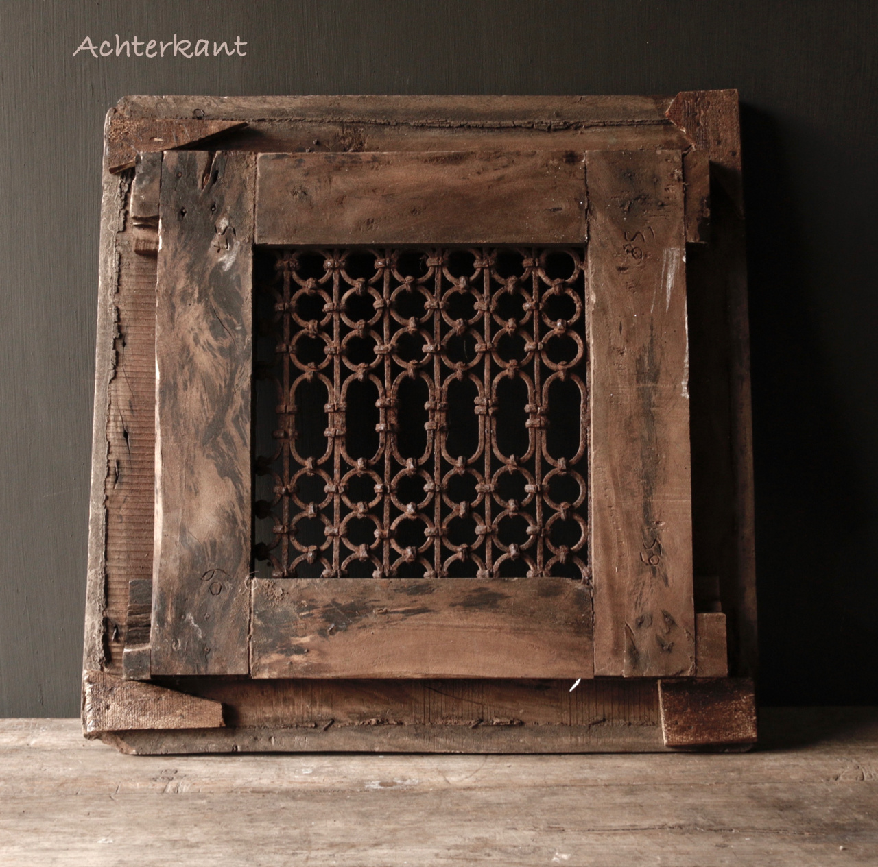 Stoer ijzeren  raam in houten kozijn-5