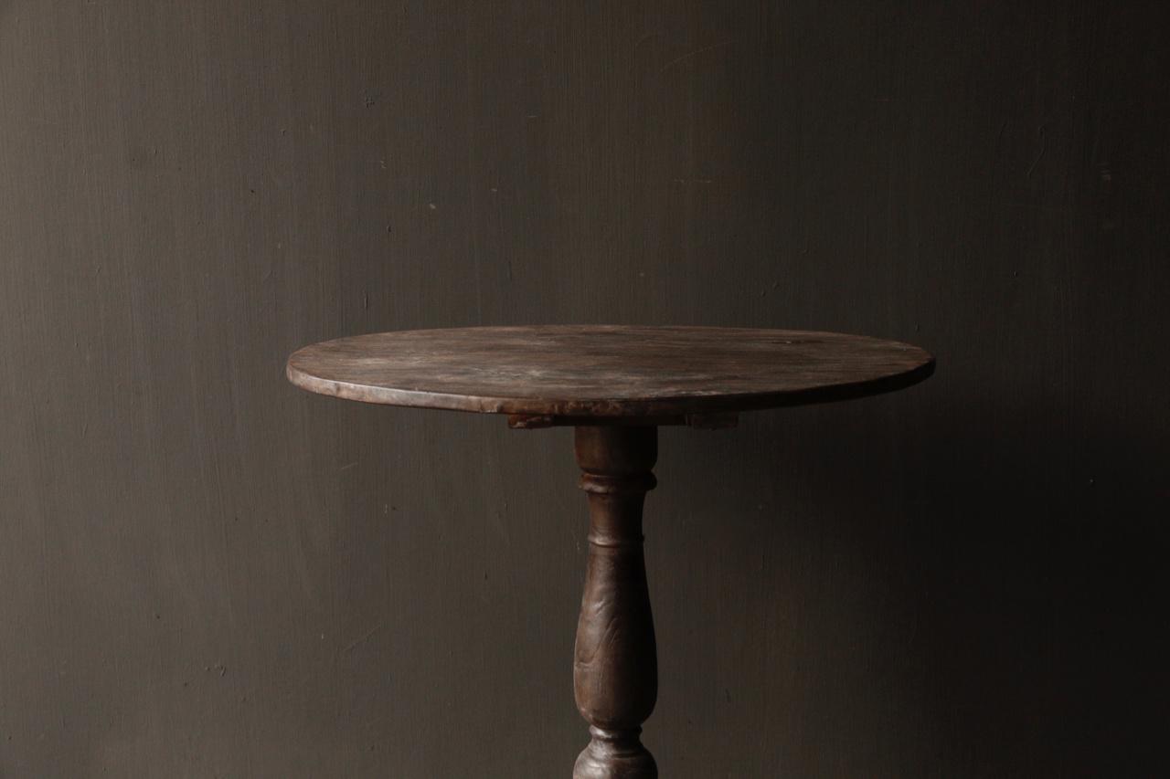 Dunkler Weintisch aus Holz mit ovaler Platte-3
