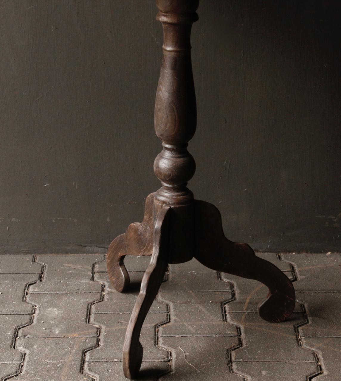 Dunkler Weintisch aus Holz mit ovaler Platte-4