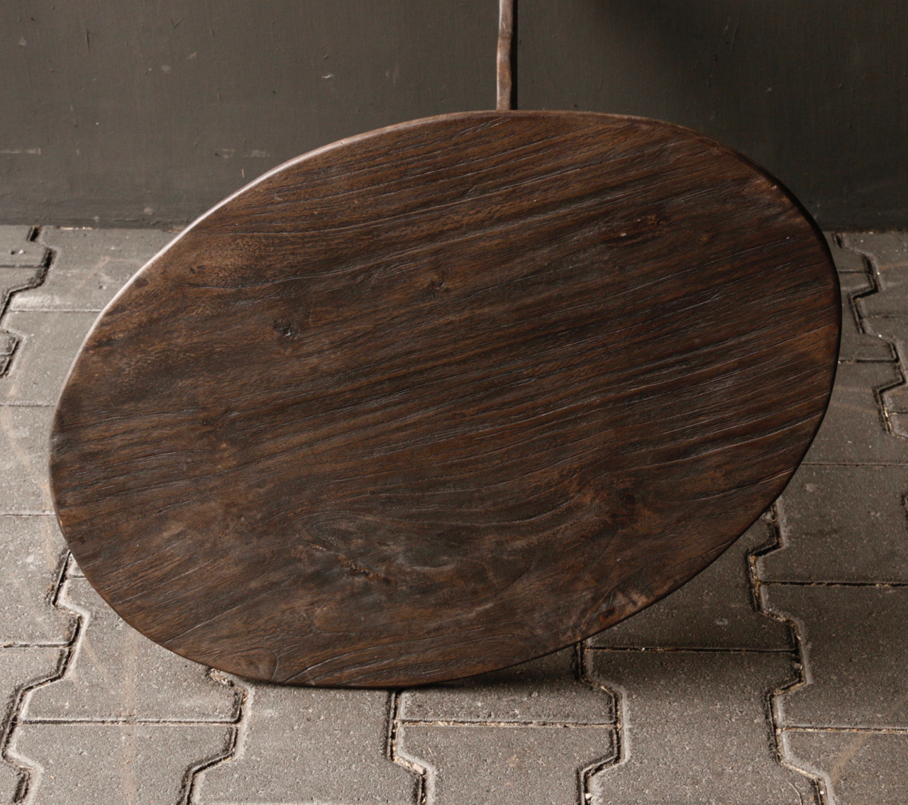 Dunkler Weintisch aus Holz mit ovaler Platte-5