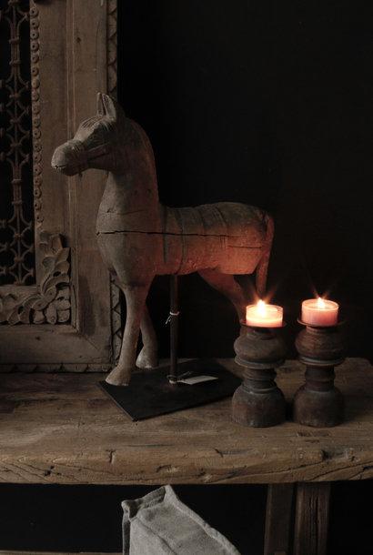 Schönes hölzernes Pferd auf Eisenstandard