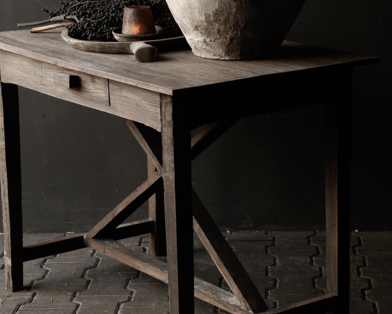 Robuster alter Beistelltisch / Wandtisch aus altem Holz mit einer Schublade-4