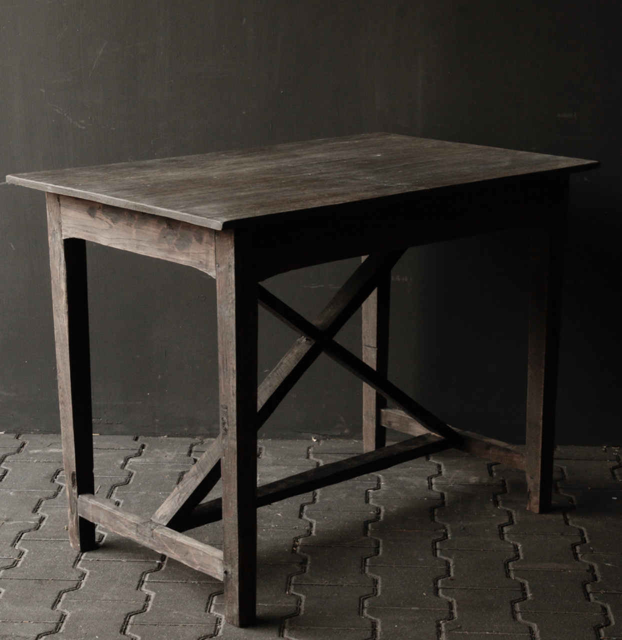 Robuster alter Beistelltisch / Wandtisch aus altem Holz mit einer Schublade-7