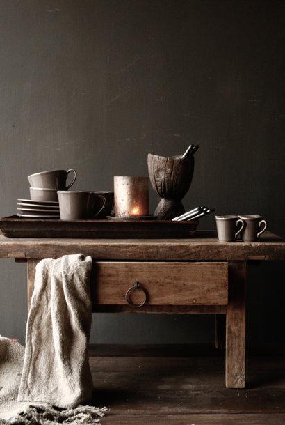 Oude houten  tafeltje  met een lade