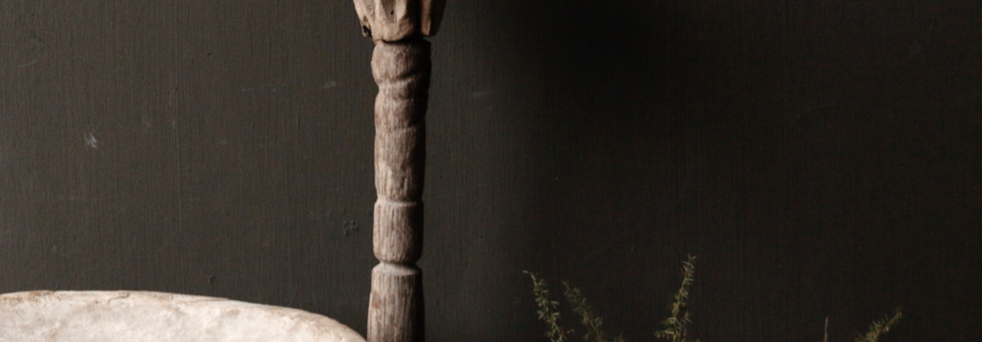 Alte hölzerne nepalesische Stampfe auf Eisenunterseite