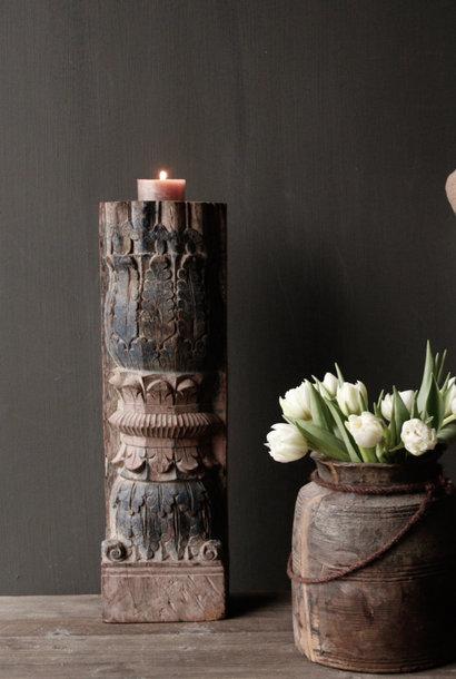 Houten kandelaar van oude Indische pilaar