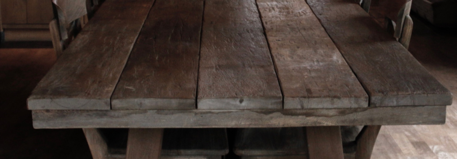 Robuster Esstisch aus Altholz