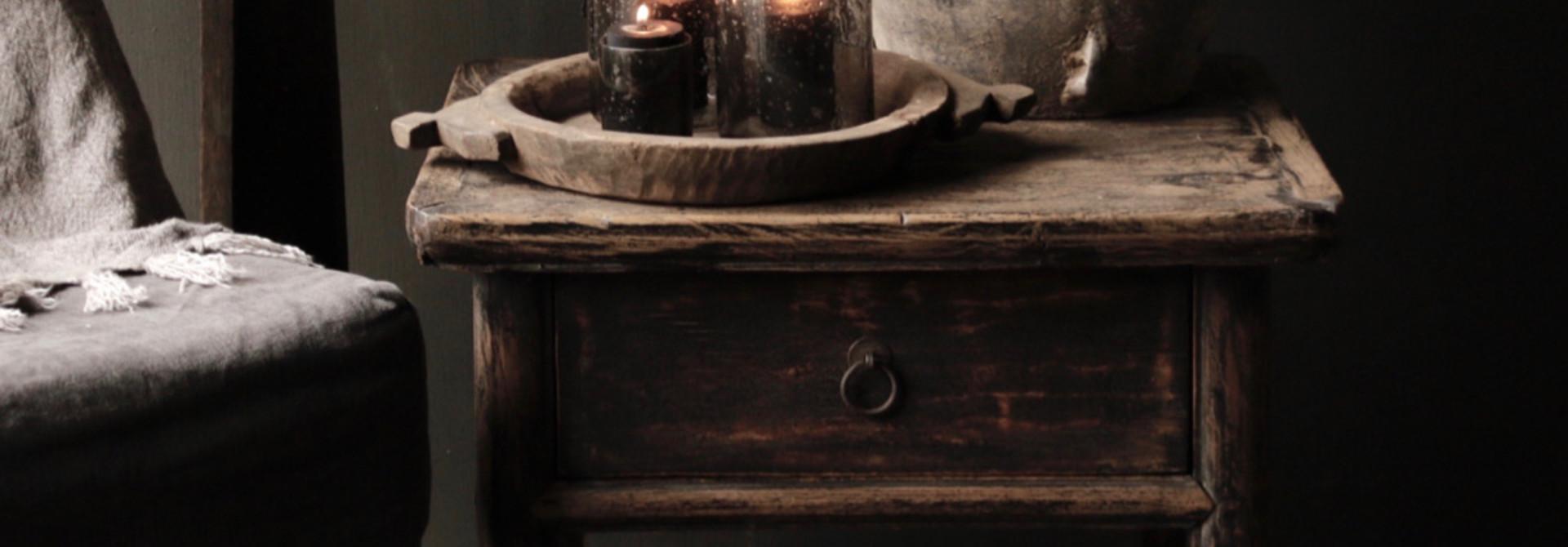 Alter authentischer Holztisch mit einer Schublade