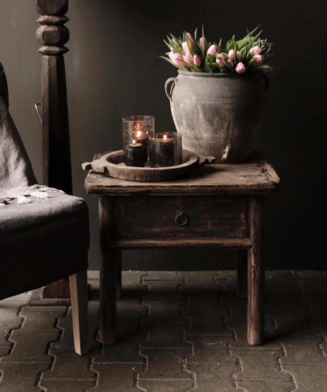Alter authentischer Holztisch mit einer Schublade-1