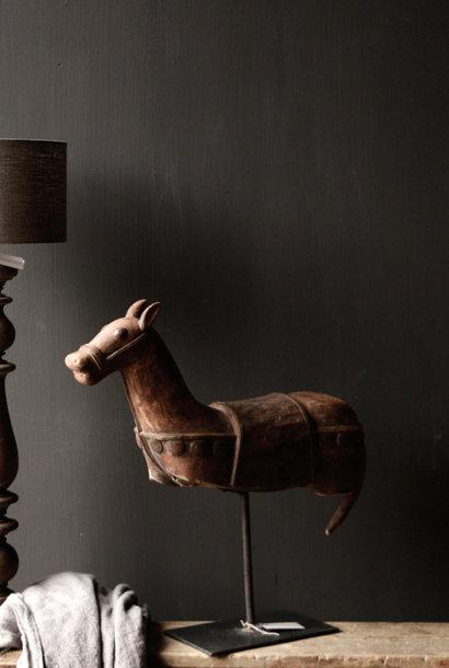 Schönes einzigartiges antikes hölzernes Pferd auf Eisenstandard