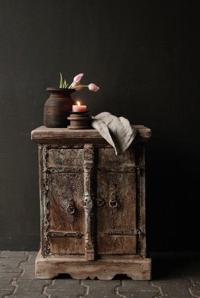 Kleiner indischer Schrank von Aura Peeperkorn