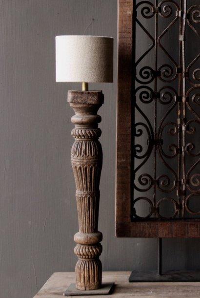 Alter hölzerner Baluster Lampensockel auf Eisensockel