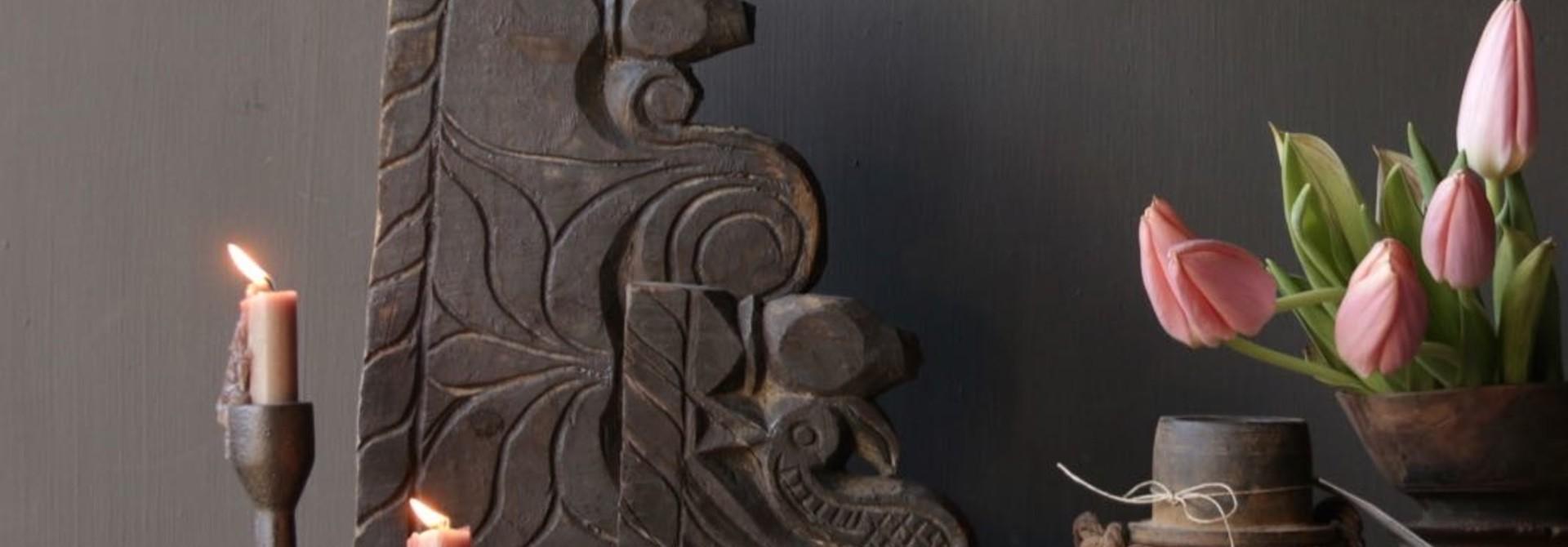 alte Holzverzierung auf Eisenbasis