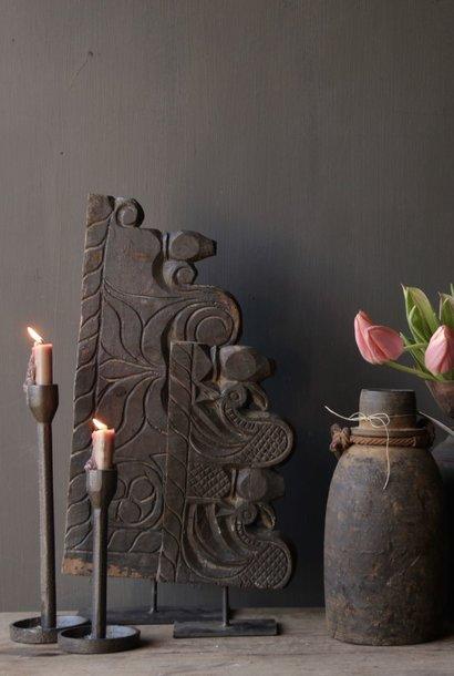 oud houten ornament op ijzeren voetje