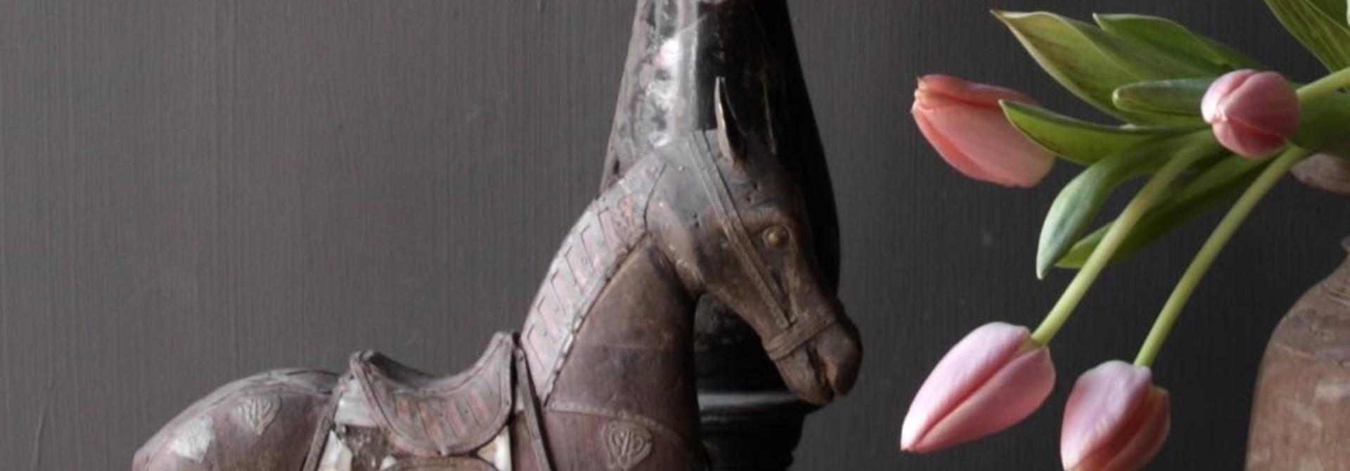 Schönes altes Holzpferd auf Holzstativ