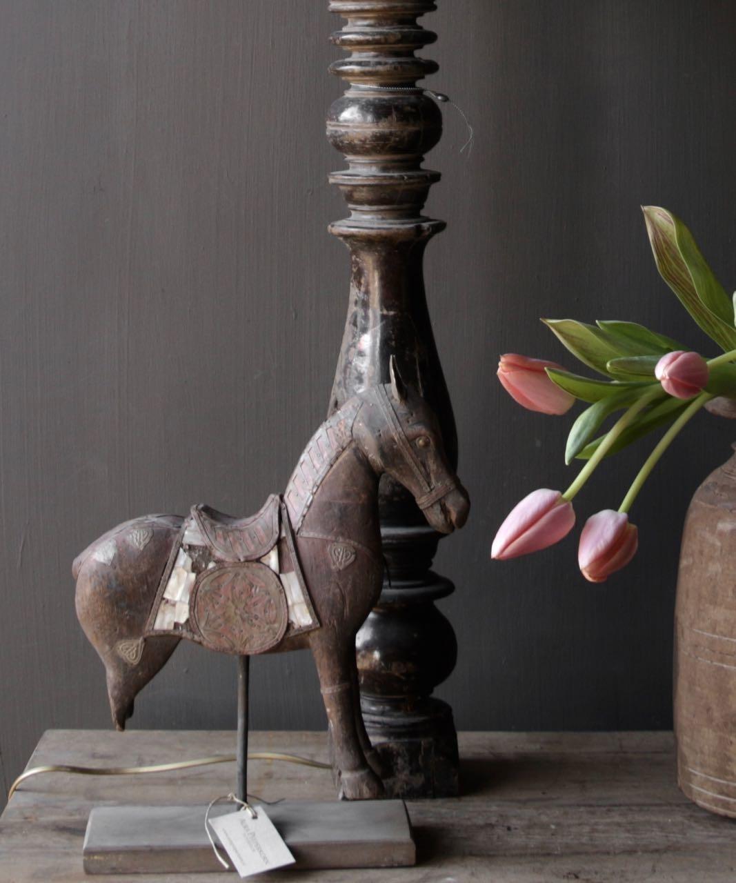 Schönes altes Holzpferd auf Holzstativ-1