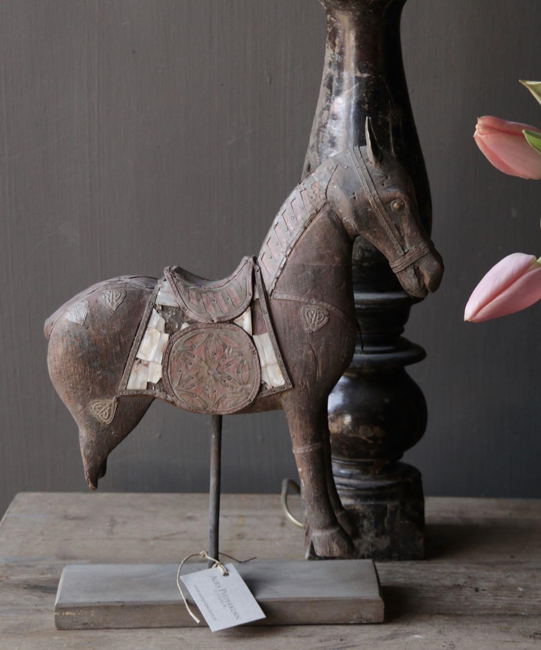 Schönes altes Holzpferd auf Holzstativ-2