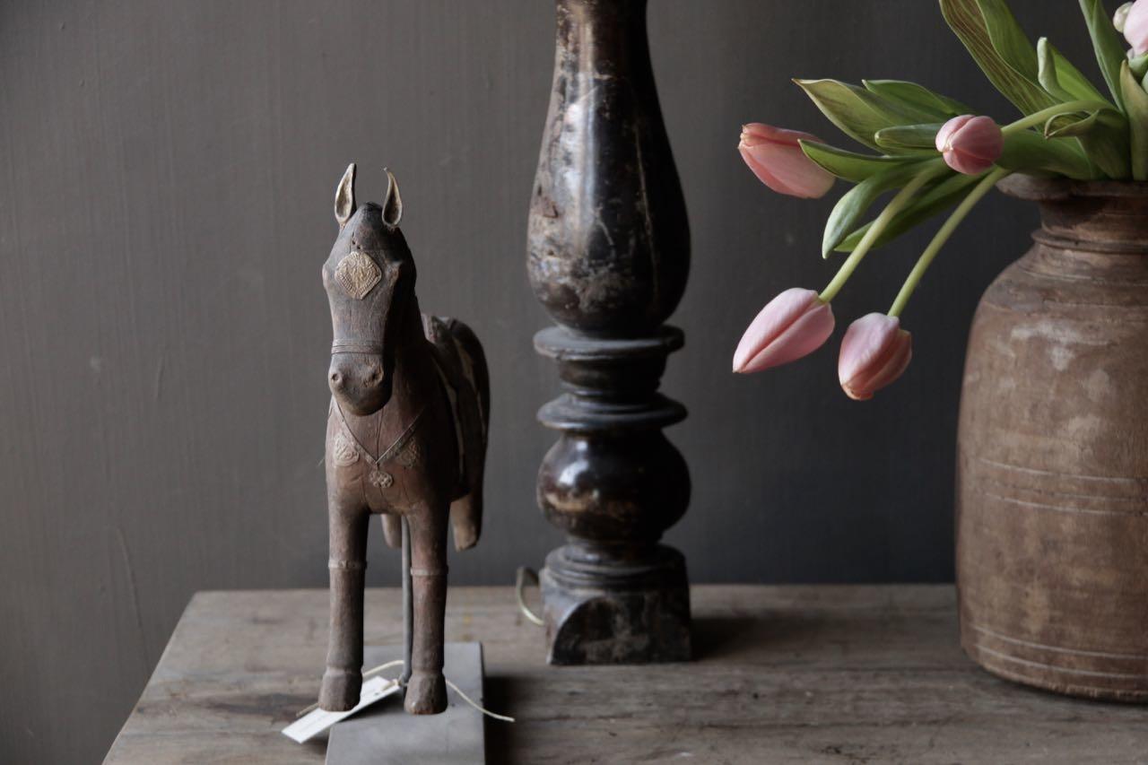 Schönes altes Holzpferd auf Holzstativ-4