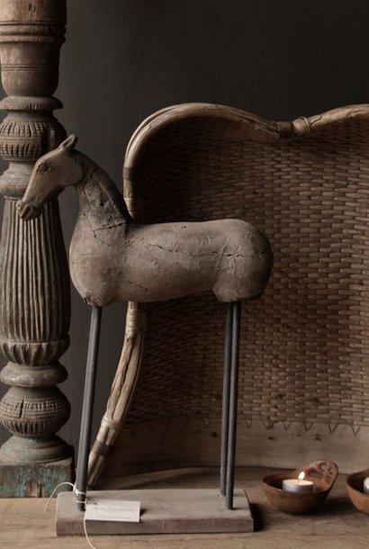 Prachtig oud houten paard op houten statief