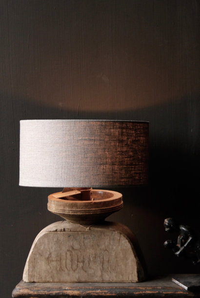 Tischlampe der alten Holzverzierung