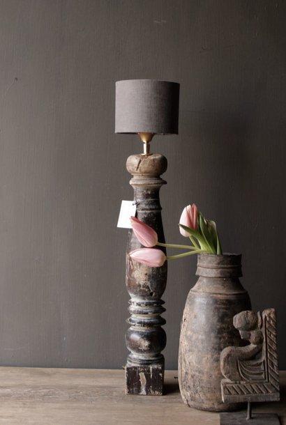 Schöner alter hölzerner Lampensockel des authentischen Balusters
