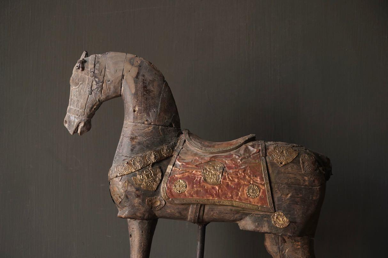 Schönes altes Holzpferd auf Holzstativ-6