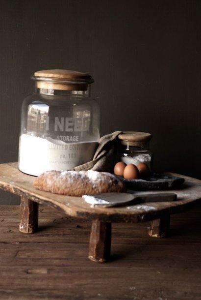 oude houten broodplank op pootjes