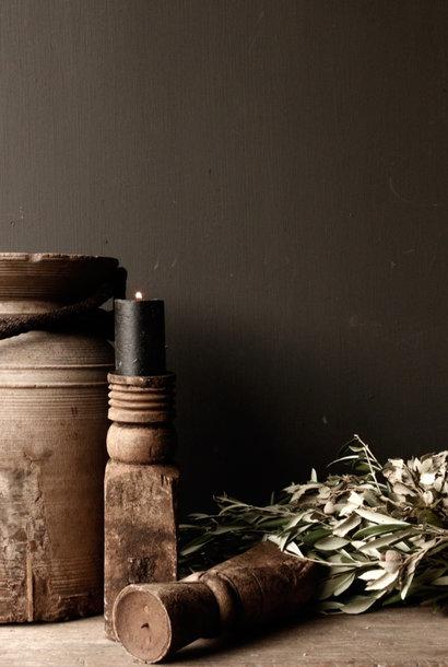 Alte hölzerne Kerzenhalter von der alten Verzierung