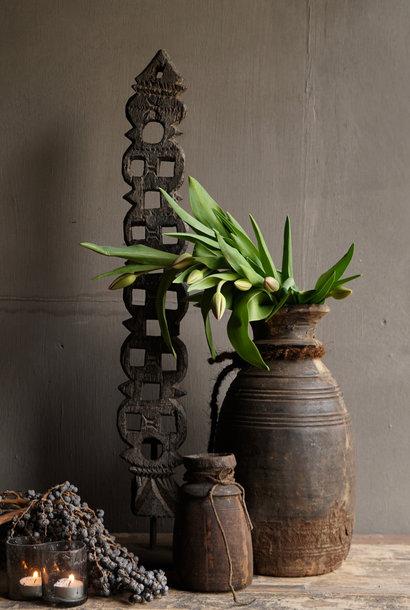 Houten ornament op ijzeren standaard