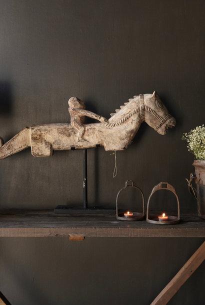 Altes einzigartiges Holzpferd auf einem Eisenständer